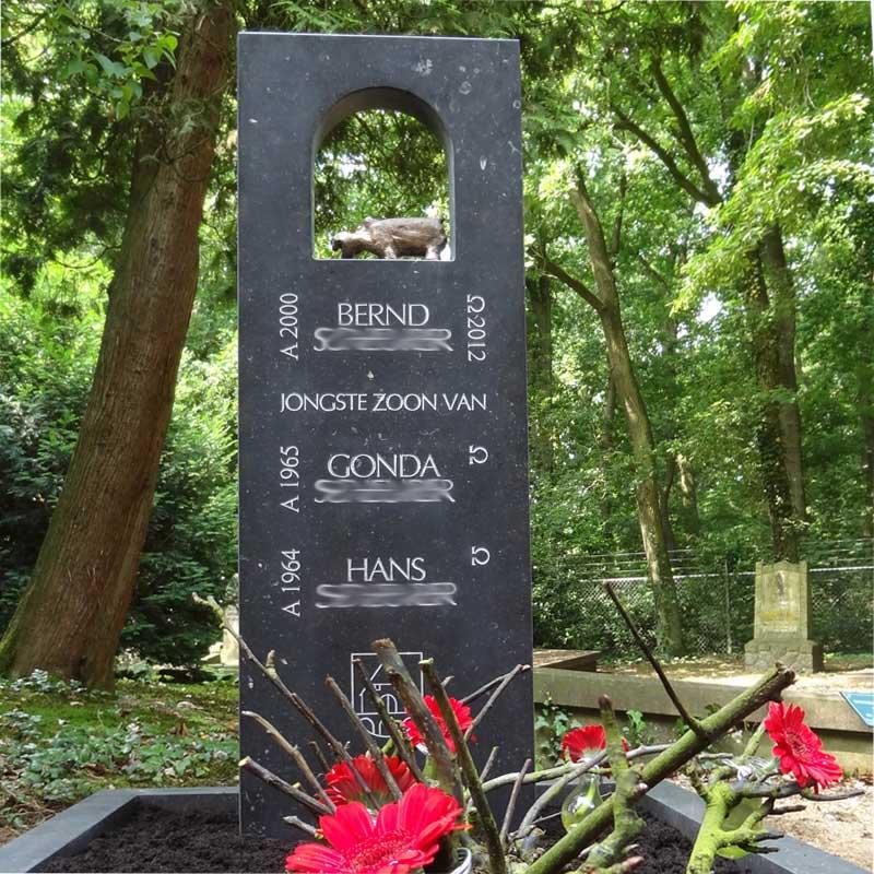 een grafsteen met een bronzen nijlpaard