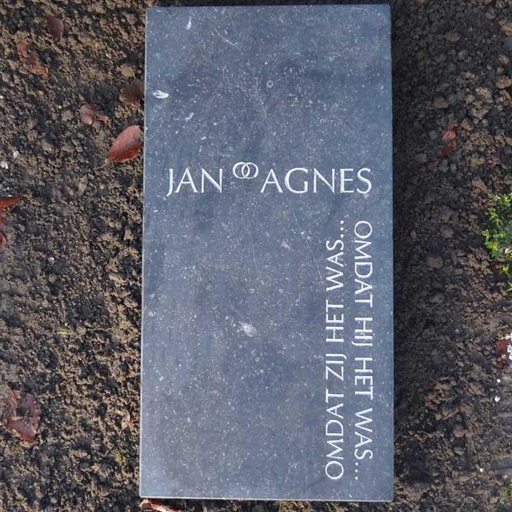 een eenvoudige liggende grafsteen