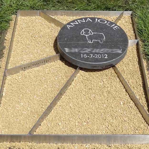 een grafmonument voor een klein kind