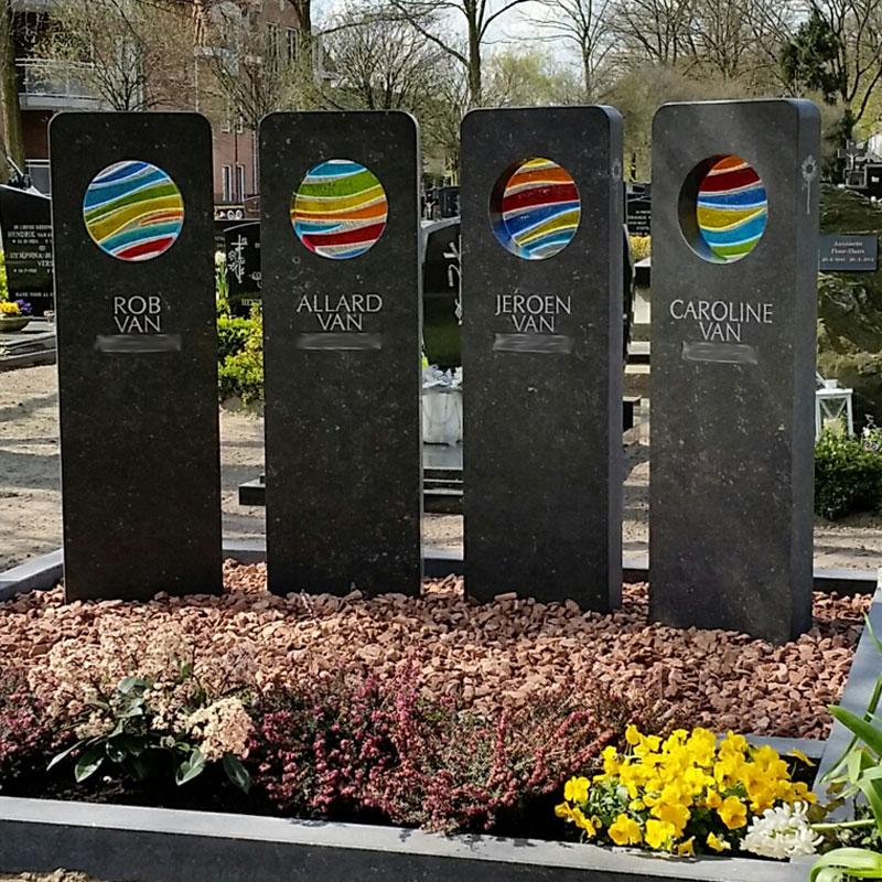 grafmonument bestaande uit vier grafstenen voor heel gezin